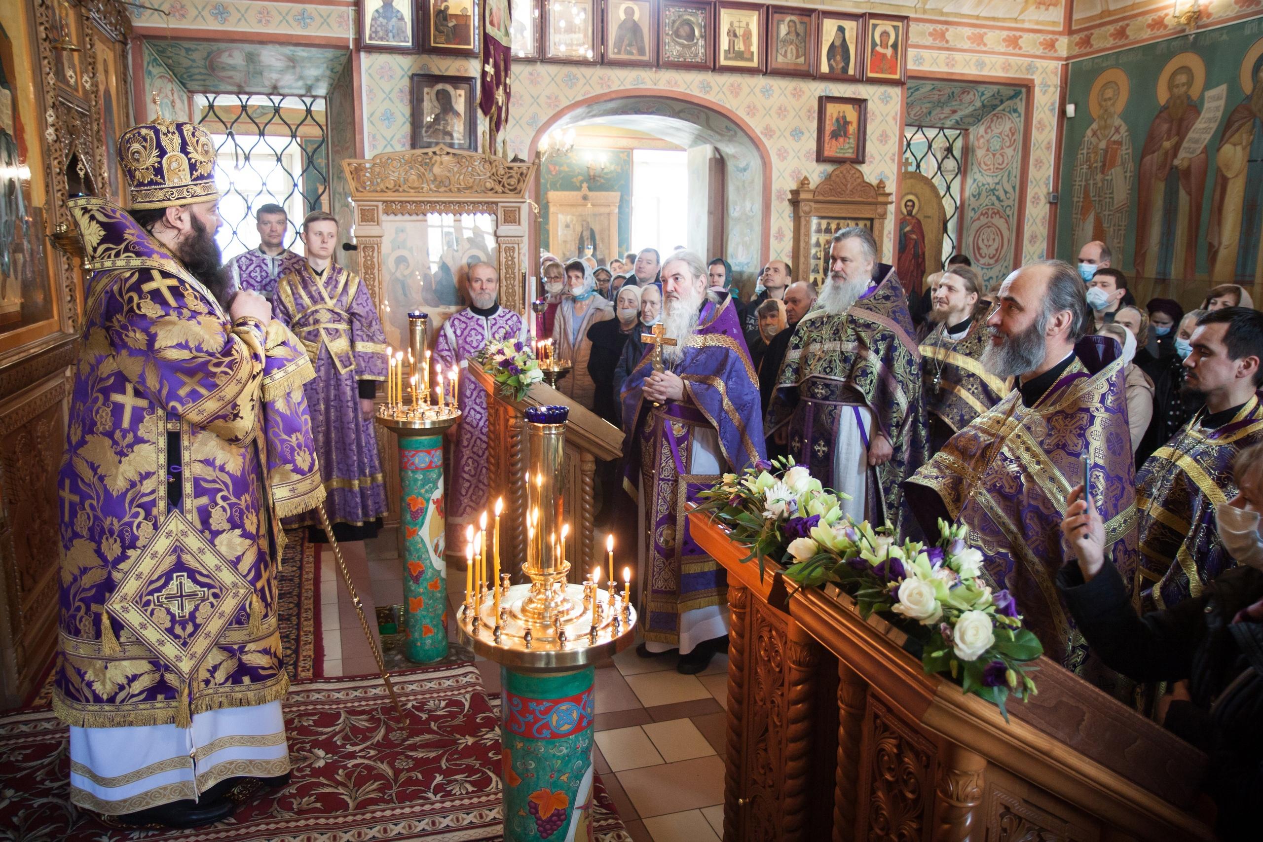 Архиерейское богослужение в храме святых бессребреников Космы и Дамиана в Космодемьянском