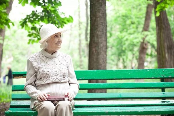 Старушка сидела на скамеечке, в безлюдном парке К ней подошел молодой курносый полицейский. - Здравствуйте. Вам нельзя здесь находиться - карантин. Старушка вздохнула, но не сдвинулась с места.