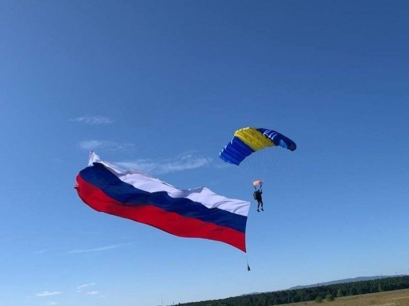 Забайкальский парашютист совершил прыжок с триколором в День флага России