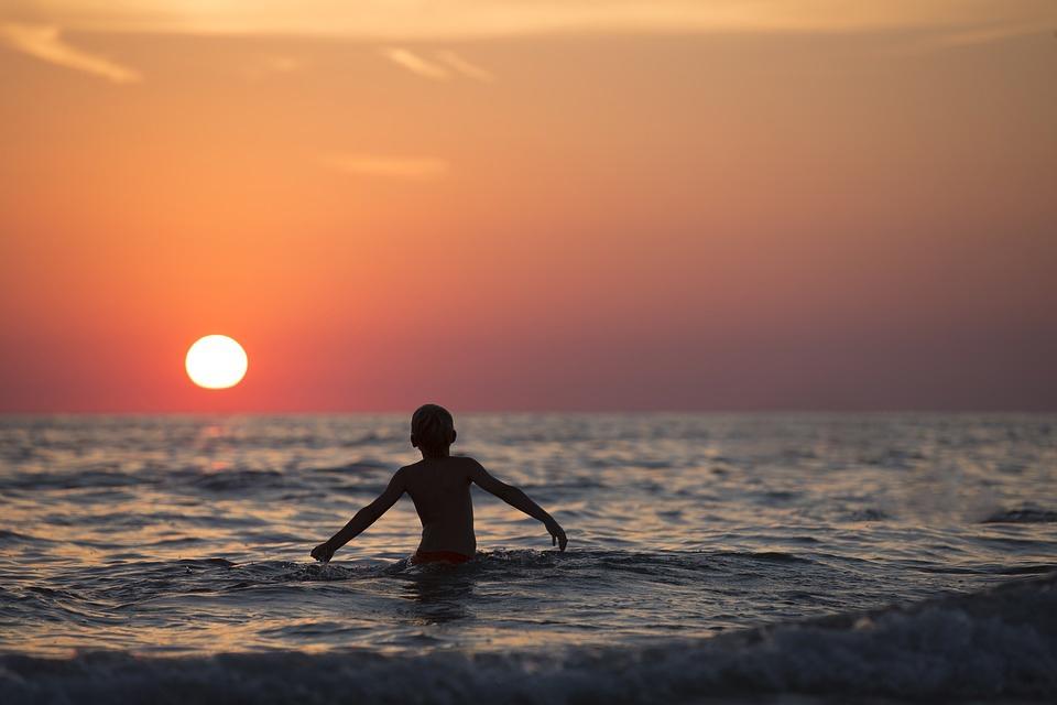 море мальчик купается