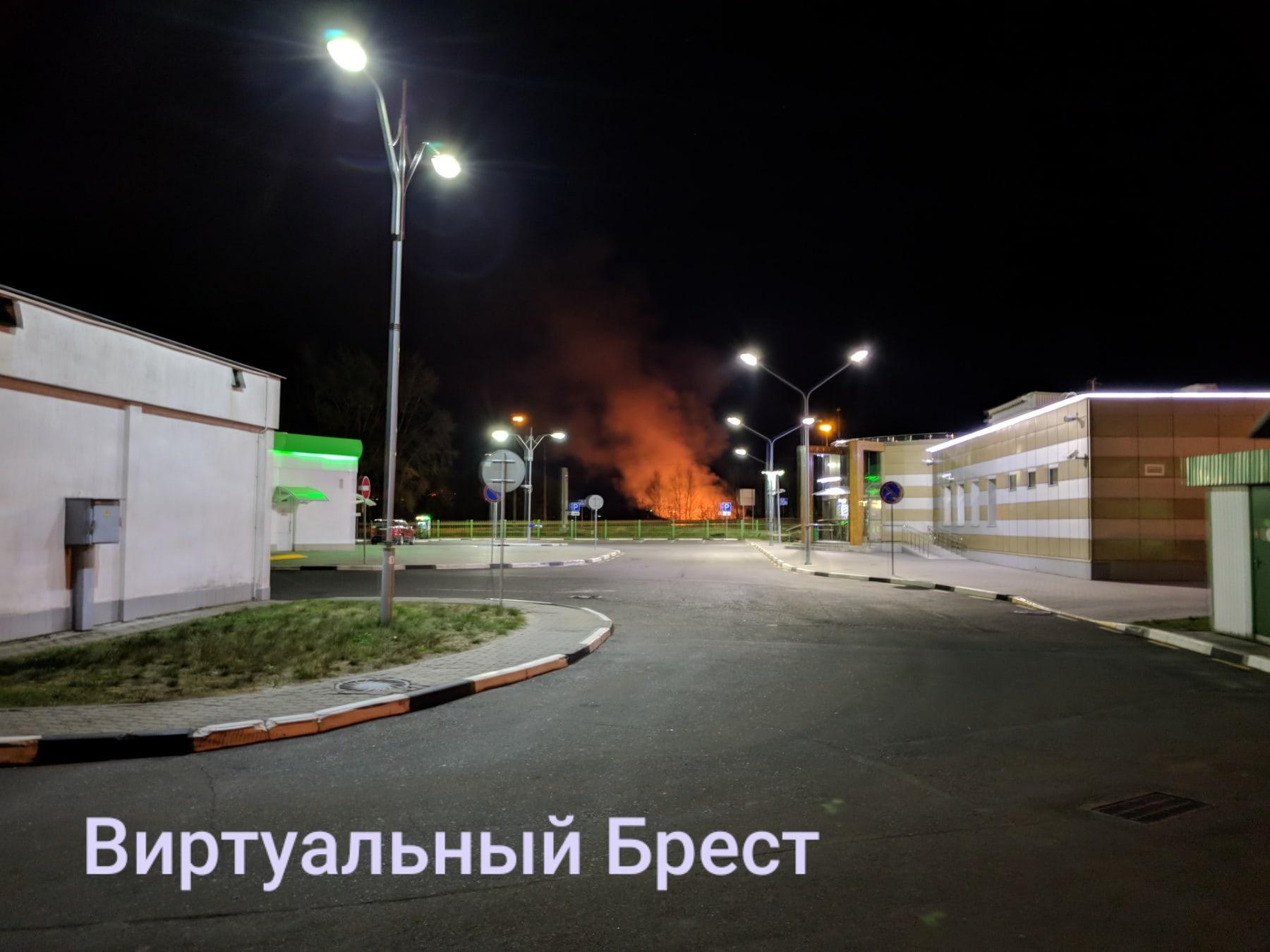 Опять неслабый пожар в Бресте, на этот раз - район ЦМТ, но с другой стороны Мухавца
