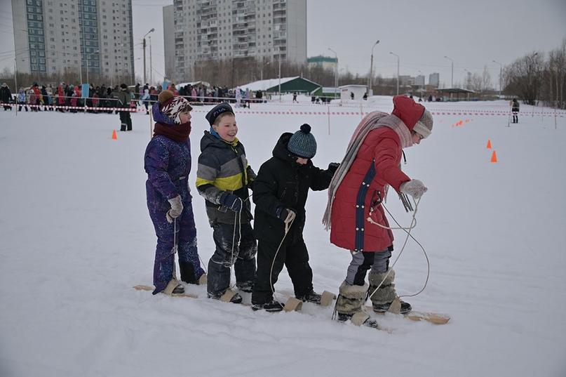 Четверо участников на одних лыжах - весело, но сложно.