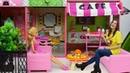 Кафе Барби и соревнование по поеданию пиццы - Тойклаб Маша помогает сделать пиццу - Видео про кукол