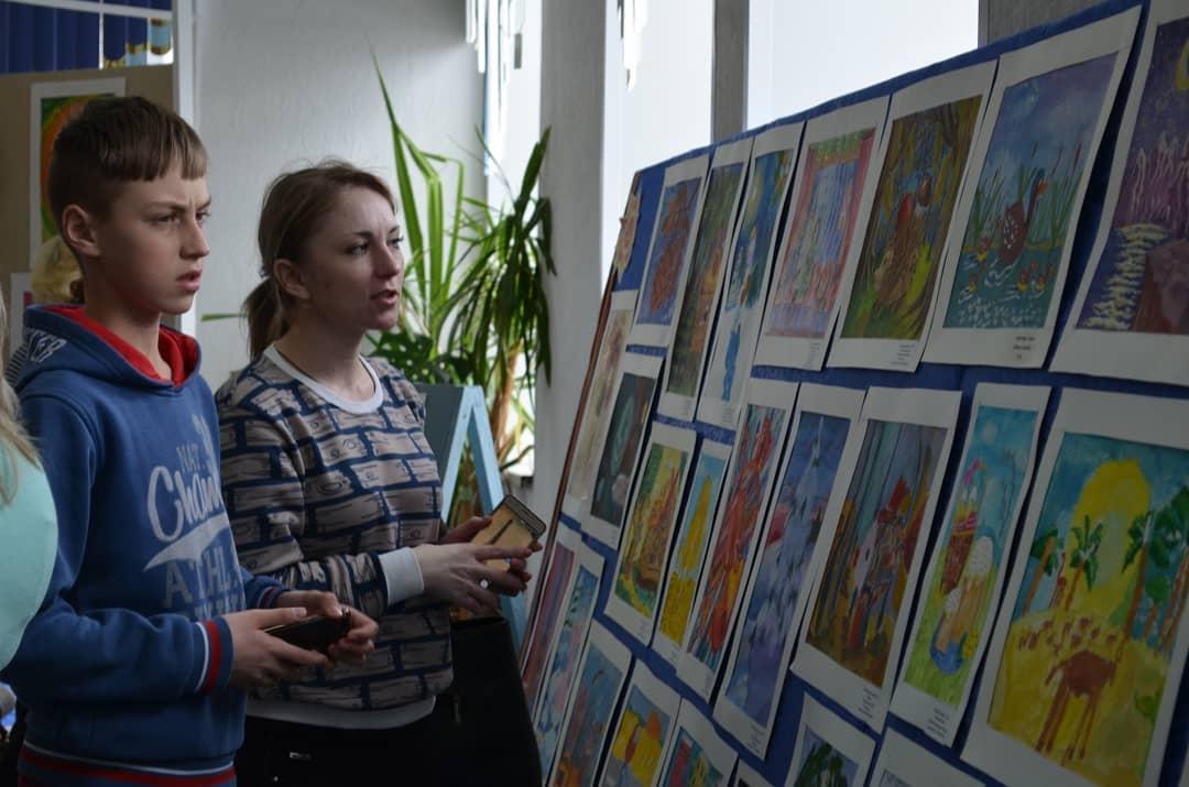 К юбилею петровской изостудии «Начало» в районом Доме культуры организовали выставку работ юных художников