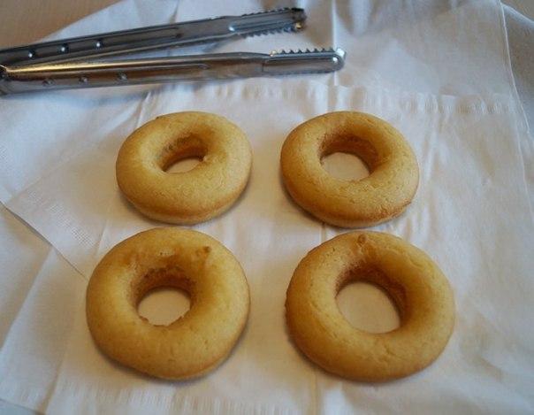 Нежные пончики без дрожжей Ингредиенты:Мука 400 гр. , для подсыпки столаЯйцо 3 шт.Сгущённое молоко 1 банкаМасло растительное 0,5 литраСоль щепоткаРазрыхлитель 1 пакетик ( 10 гр.)Ванилин 1
