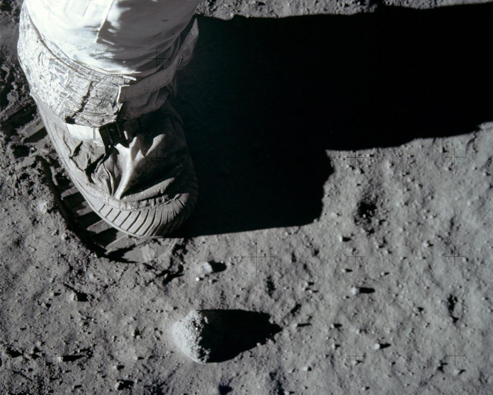 22) Ботинок База Олдрина и отпечаток от него на лунной поверхности. 20 июля 1969 года. (NASA)