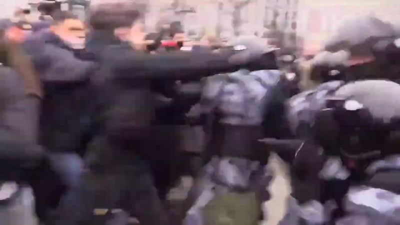 Кавказец в одиночку отбивается от толпы ОМОНа 1