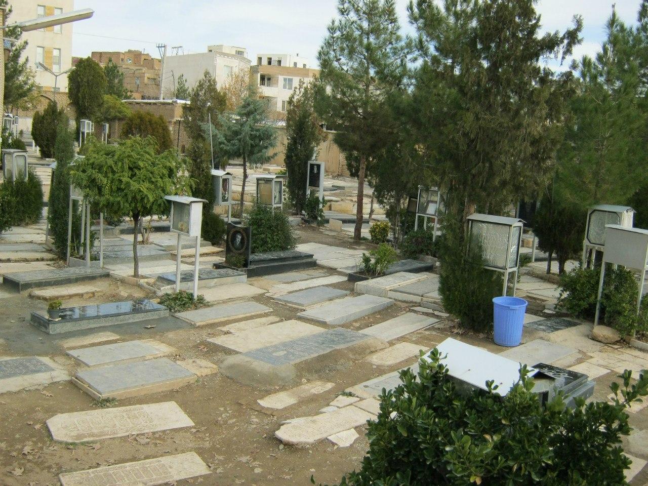 Кладбище в Арак- ящики с именами и фотографиями умерших