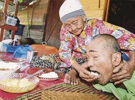 101-летняя мать ухаживала за 63-летним сыном-инвалидом до последнего дня своей жизни Прожившая больше века мусульманка Мелия Мухаммад Дия за свою жизнь пережила немало испытаний двое ее детей