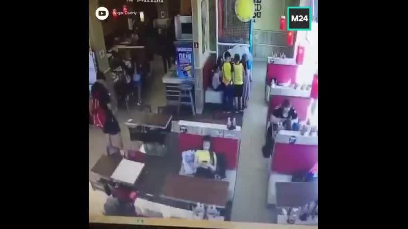 Неприятная ситуация произошла сегодня в одном из ресторанов быстрого питания. Мальчик уронил деньги на кассе. Это заметила женщи